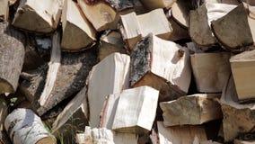 Zamyka w górę sterty siekająca brzozy łupka, przygotowywającej dla zimy Tło z brzozy łupką w stosie Naturalny drewniany backgroun zbiory