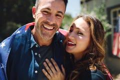 Zamyka w górę uśmiechniętej pary stoi wpólnie zdjęcia royalty free