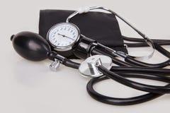 Zamyka w górę widoku czarny stetoskopu i sphygmomanometer zestaw obraz stock