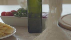 Zamyka w górę widoku ingregiends dla pizzy lying on the beach na stole Wiązka nalewająca na stół powierzchni blisko oliwy z oliwe zbiory wideo
