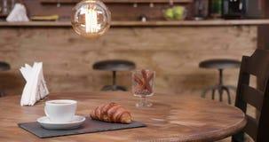 Zamyka w górę wyjawiać strzał filiżanka kawy espresso americano i francuza croissant zbiory wideo