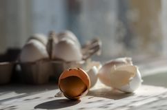 Zamyka w górę łamanych jajecznych skorup na drewnianym tle obraz stock