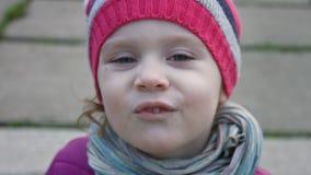 Zamyka w górę śmiesznej małej dziewczynki 3-4 rok robi grymasowi plenerowy swobodny ruch zbiory