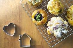 zamyka w górę Świeżo Piec duńskiego ciasta na drewnianym tle, asortowanego chleba i ciasta, Różni rodzaje chlebowe rolki obraz royalty free