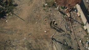 Zamyka w górę żurawia z cementowym cysternowym wydźwignięciem up na placu budowy outside zbiory wideo