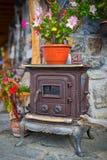 Zamyka w górę antycznej obsady żelaza kuchenki z kwiatami above Fotografia Stock