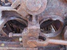 zamyka w górę axle i prąć na starej rdzewiejącej zaniechanej przemysłowej maszynerii zdjęcie royalty free