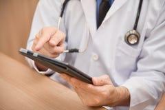 Zamyka w górę Azjatyckich samiec lekarki ręk używać cyfrowego pastylka komputer Obrazy Royalty Free