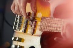 Zamyka W górę Bawić się Basową gitarę Zdjęcia Stock