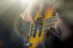 Zamyka W górę Bawić się Basową gitarę Fotografia Royalty Free