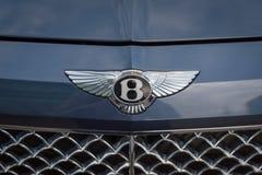 Zamyka w górę Bentley logo na przodzie Bentley samochód obraz stock