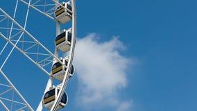 Biały Ferris koła niebieskie niebo i chmura zdjęcia royalty free