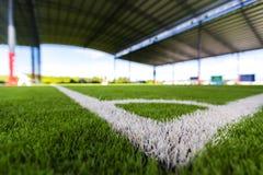 Zamyka w górę Białej linii kąta na boisko do piłki nożnej trawie Zdjęcie Stock