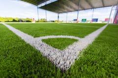 Zamyka w górę Białej linii kąta na boisko do piłki nożnej trawie Zdjęcie Royalty Free