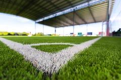 Zamyka w górę Białej linii kąta na boisko do piłki nożnej trawie Fotografia Royalty Free