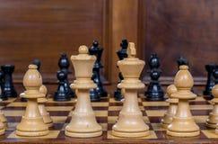 Zamyka w górę białych i czarnych szachowych figurek na szachowej desce Zdjęcie Royalty Free