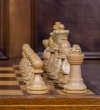 Zamyka w górę białych szachowych figurek na szachowej desce Zdjęcia Royalty Free