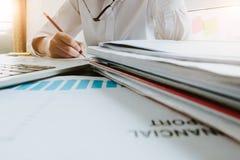 Zamyka w górę Biznesowych kobiet używa laptop i zauważa niektóre dane na notep fotografia stock
