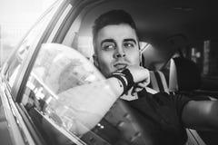 Zamyka w górę bocznego portreta szczęśliwego caucasian mężczyzna napędowy samochód Fotografia Stock