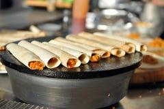 Zamyka w górę Burrito pieczeni na gorącym talerzu fotografia royalty free