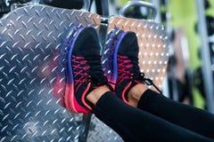 Zamyka w górę butów na platformie Dysponowanej kobiety pracującej nogi prasowa maszyna w gym out Zdjęcia Stock
