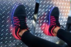 Zamyka w górę butów na platformie Dysponowanej kobiety pracującej nogi prasowa maszyna w gym out Zdjęcie Royalty Free