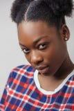 Zamyka w górę cropped fotografii Afro kobieta z poważnym spojrzeniem Obraz Stock