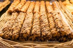 Zamyka w górę czekoladowego kulebiaka lub chlebowych kijów w łozinowym koszu Zdjęcia Royalty Free