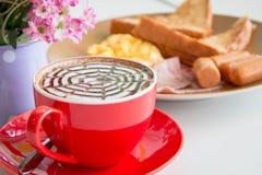 Zamyka w górę czerwonej filiżanki kawy i breadfast Zdjęcie Stock