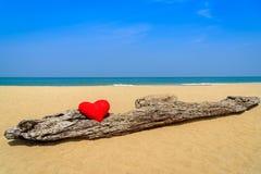 Zamyka w górę czerwonych serc na ocean plaży piasku Zdjęcie Stock