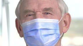 Zamyka w górę doktorskiej twarzy z maską zbiory