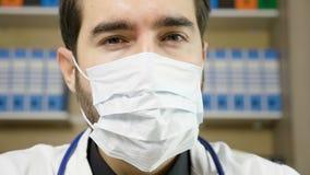 Zamyka w górę dolly strzału strzelającego lekarka będący ubranym leczniczą maskę zdjęcie wideo