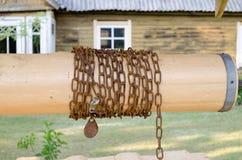Zamyka w górę drewnianego well rolownika z łańcuchem w kraju fotografia stock