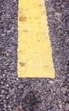 Zamyka w górę droga asfaltu tekstury z żółtą linią Fotografia Stock