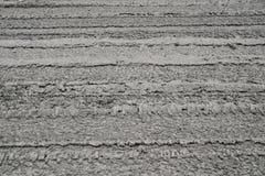Zamyka w górę drogi z cement bazą jest Mokrym i Samochodowym kołem zdjęcia royalty free