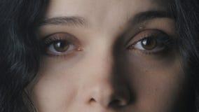 Zamyka w górę dużych kobiety ` s brązu oczu zdjęcie wideo