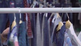 Zamyka w górę dzieci odziewa stojaki zbiory