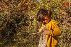 Zamyka w górę dziewczyny z kijem Jesień Obrazy Royalty Free