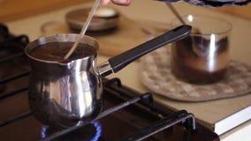 Zamyka W górę Żeńskiej ręki Porywającej filiżanki Czarnej kawy - zakończenie w górę Kaukaskiej żeńskiej ręki używać łyżkę mieszać zbiory