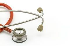 Zamyka w górę earpiece i blendy różowy stetoskop na białym bac Obraz Stock