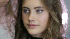 Zamyka w górę fachowego fryzjera stylisty fryzuje w górę nastoletniego dziewczyna włosy zbiory wideo