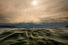 Zamyka w górę falistej wody powierzchni na Norweski fiord obraz stock