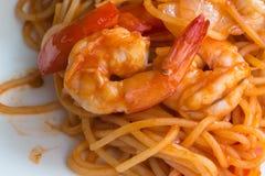 Zamyka w górę fertanie smażącej krewetki z pomidorowym kumberlandem i spaghetti Zdjęcia Royalty Free