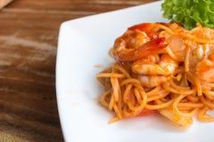 Zamyka w górę fertanie smażącej krewetki z pomidorowym kumberlandem i spaghetti Zdjęcia Stock