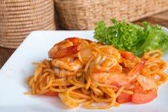 Zamyka w górę fertanie smażącej krewetki z pomidorowym kumberlandem i spaghetti Obrazy Royalty Free