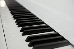 Zamyka w górę fortepianowych kluczy czarny i biały kluczy perspektywa od fortepianowej klawiatury Fotografia Stock