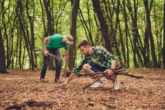 Zamyka w górę fotografii dwa faceta przyjaciela w drewnie w spadku, collecti fotografia royalty free