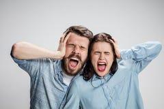 Zamyka w górę fotografii gniewny mężczyzna i kobieta dotyka ich głowy zdjęcia stock