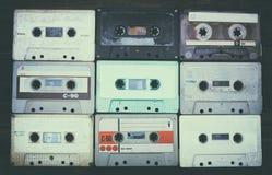 Zamyka w górę fotografii kasety taśma nad drewnianym stołem Odgórny widok Retro filtrujący zdjęcia royalty free