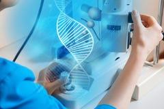 Zamyka w górę fotografii lekarka przy pracy medycyny maszyną zdjęcia royalty free